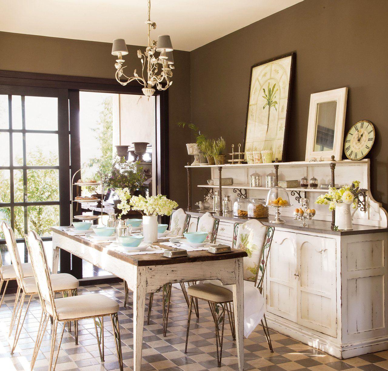 Comedor con mesa sillas l mpara de techo y c moda de for Comodas para comedor