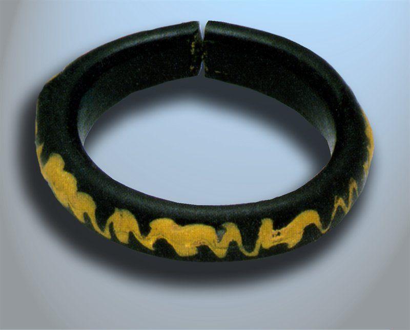 Glazen armband, gevonden in Cuijk. 's-Hertogenbosch, Noordbrabants Museum.