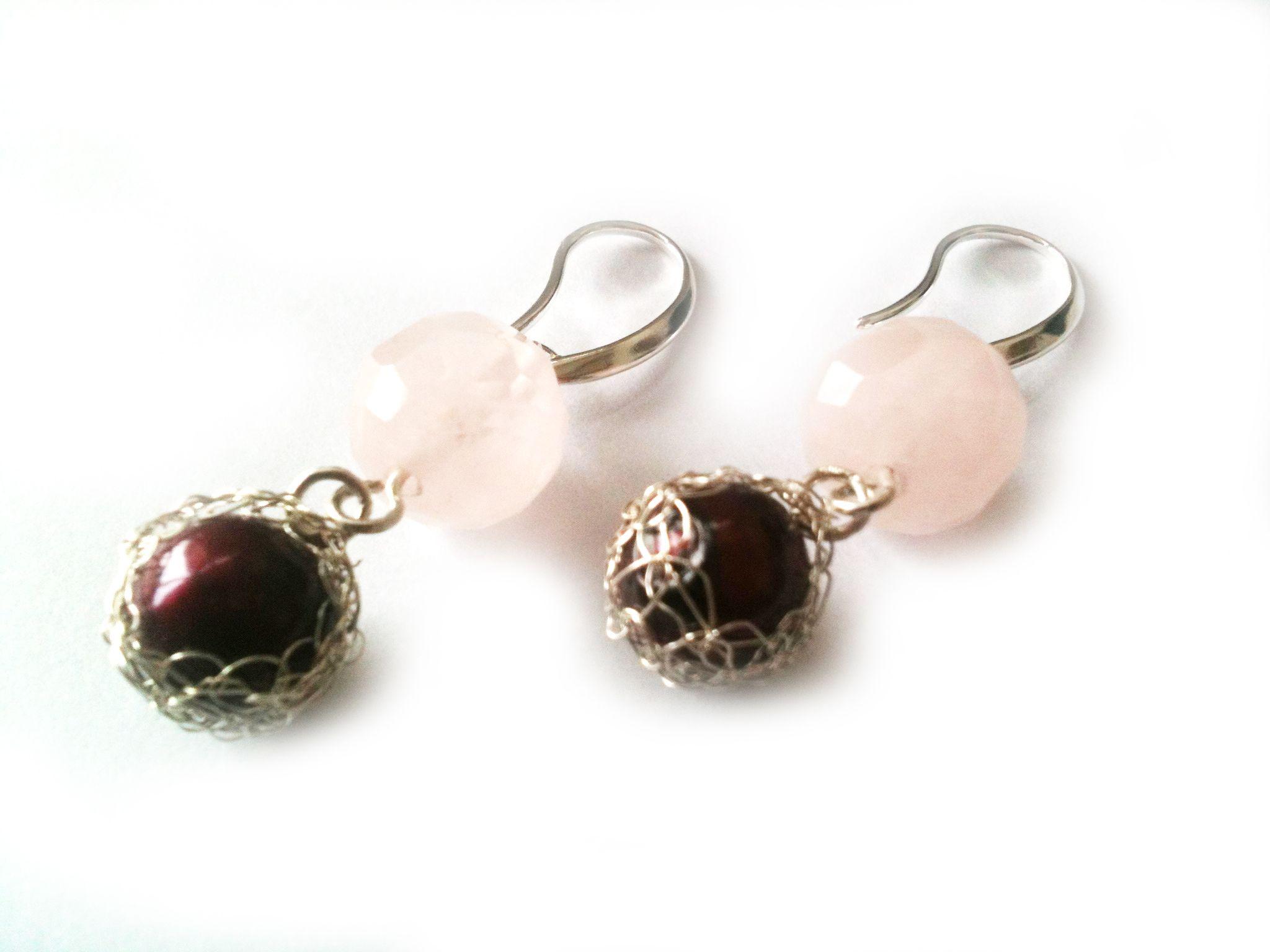 Pendientes de plata tejidos con perla cultivada roja con cuarzo rosado, antialérgicos. $ 16.000.-