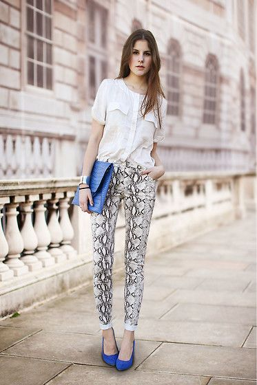 a659d5d532 Camisa branca + calça com estampa de cobra + sapato e clutch azul royal