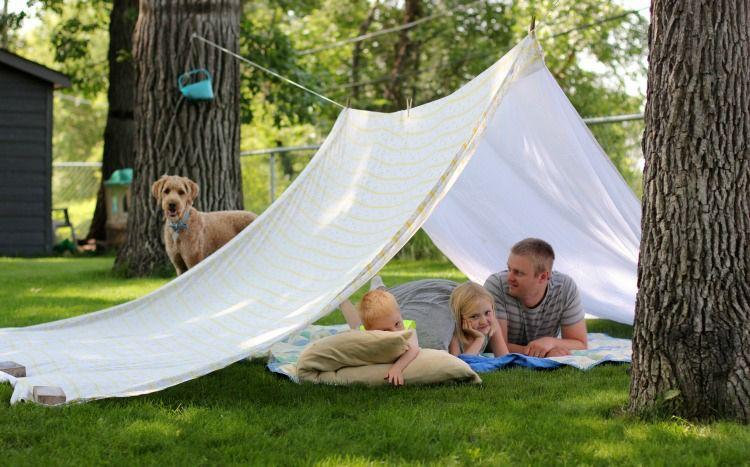 Spielecke im Garten kinder gestalten zelt bettlaken familie sommerfest Kindergeburtstag
