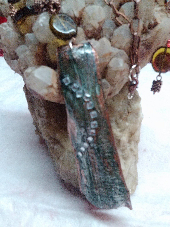 DIY necklace using recycled plastic bottle. Collar hecho de una botella ...