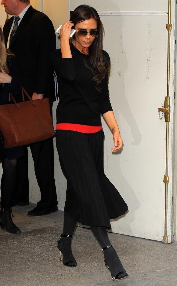 ヴィクトリア・ベッカム、黒のニット×ロングプリーツスカートで