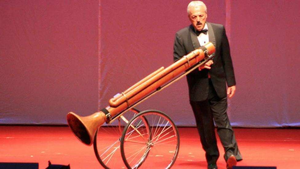 Los mejores y más éxoticos instrumentos de Rabinovich en Les Luthiers. http://ir.tn.com.ar/1PDnqDR