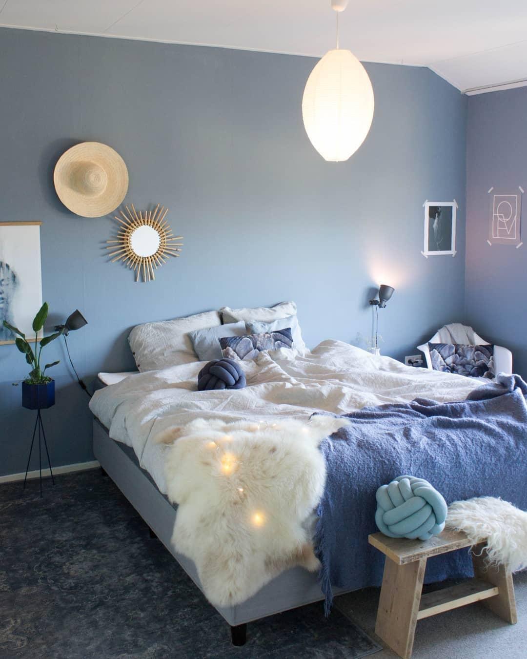 Hier sind süße Träume garantiert Dieser hellblaue Knot verzaubert Dein Schlafzimmer mit Gemütlichkeit aber auch mit einem hohen Stylefaktor. // Bett Bettwäsche Knot Kissen Pillow Schlafzimmer Deko Pflanzen Fell Blau Wandfarbe Ideen Bank Holz Lichterkette Teppich Leuchte Spiegel Vase #SchlafzimmerIdeen #Schlafzimmer #Knot #Kissen #Fell #Wandfarbe #Lichterkette @juudithhome