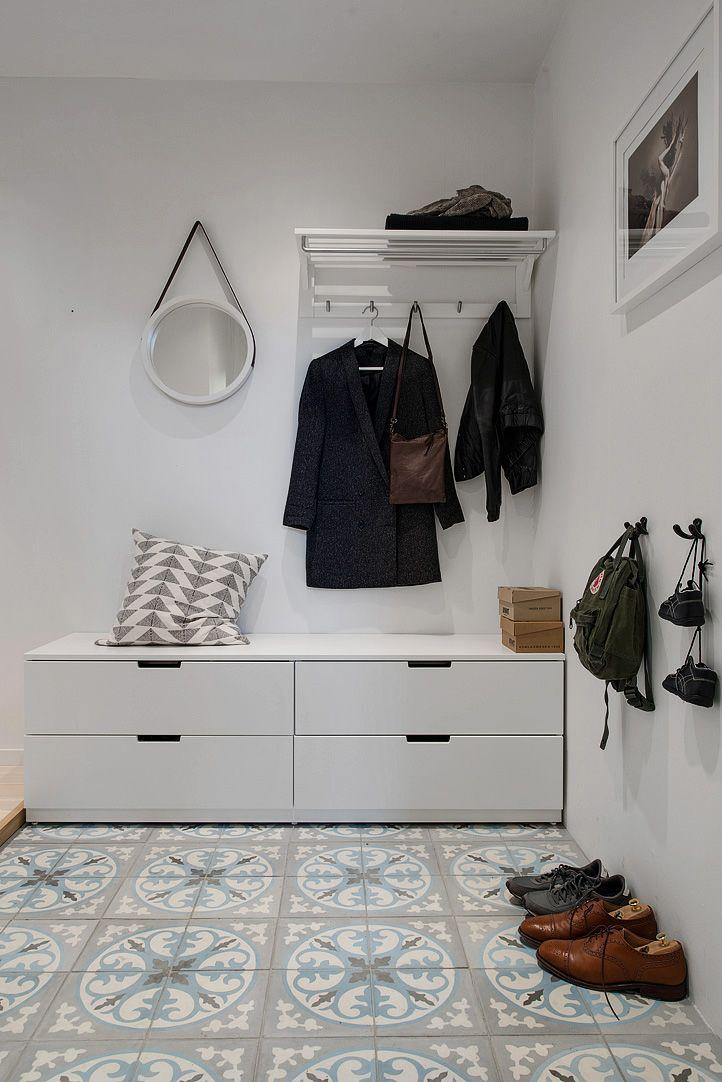 v lkomnande hall med platsbyggd f rvaring interiors pinterest garderobe diele und vorzimmer. Black Bedroom Furniture Sets. Home Design Ideas
