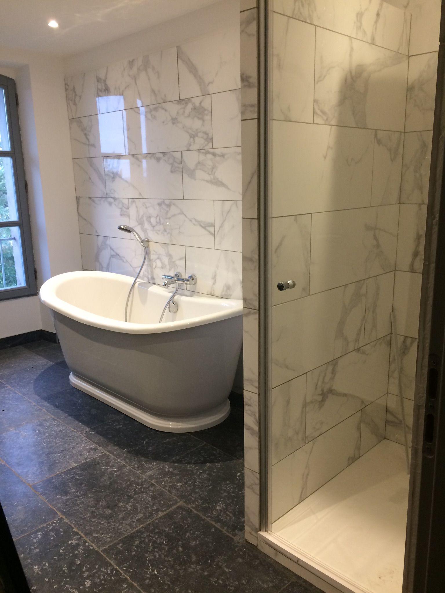 Salle de bains blanche et noir, sol pierre bleue , carrelage