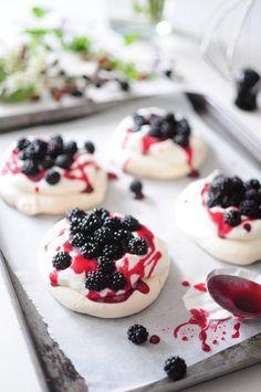 petites pavlovas aux mûres sauvages - blog de cuisine créative