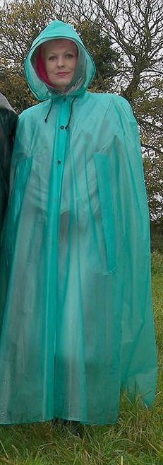 Zur Sicherheit ein grünes Regencape | Regenkleidung, Regen