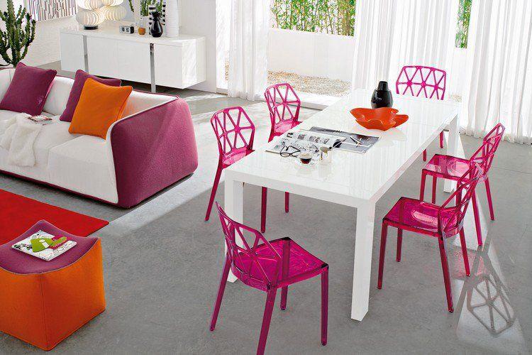 chaises transparentes Alchemia de Calligaris en rose vif, table