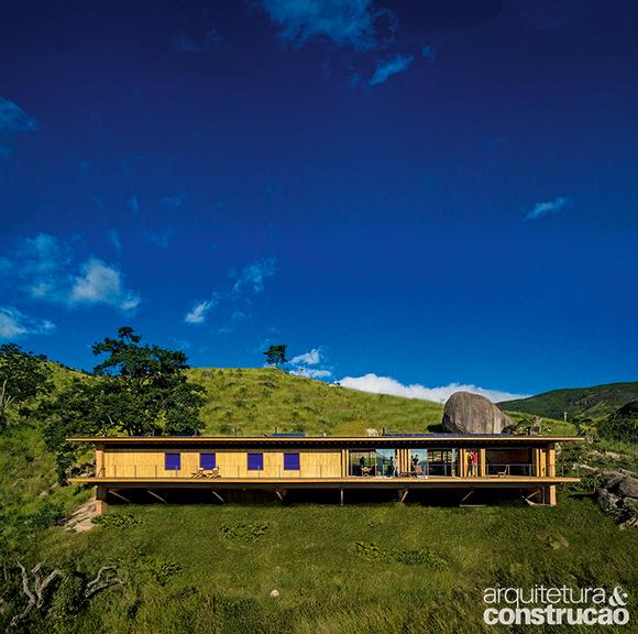 Sol, chuva e vento garantem a autossuficiência desta casa em meio a um labirinto de montanhas
