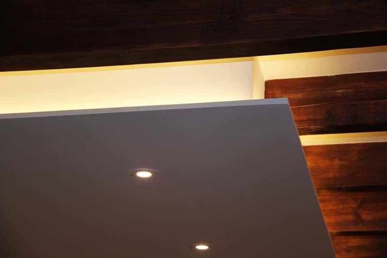 détail du faux plafond à éclairage indirect adoucissant l\u0027espace