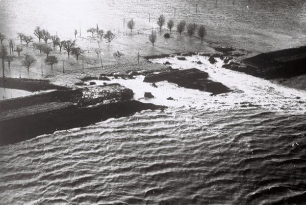 Het dijkgat in de Nieuwe Neuzenpolder bij Terneuzen. Watersnood, 1953