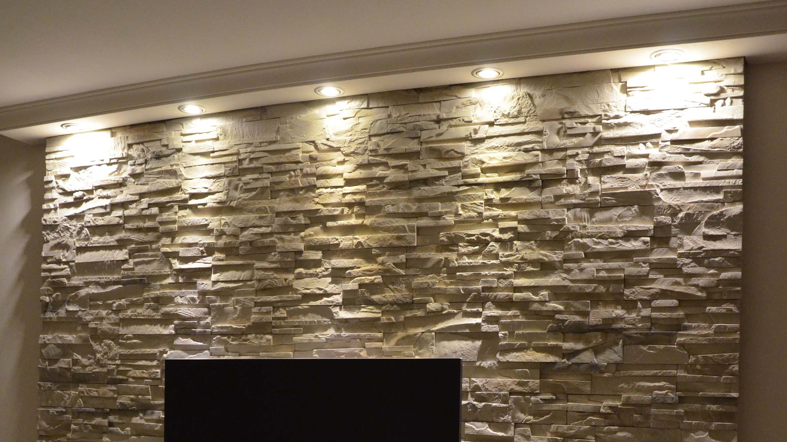 Direkte Beleuchtung Mit Deckenprofilen Als Strukturgeber Uber Der Steinwand Steinwand Beleuchtung Direkte Beleuchtung