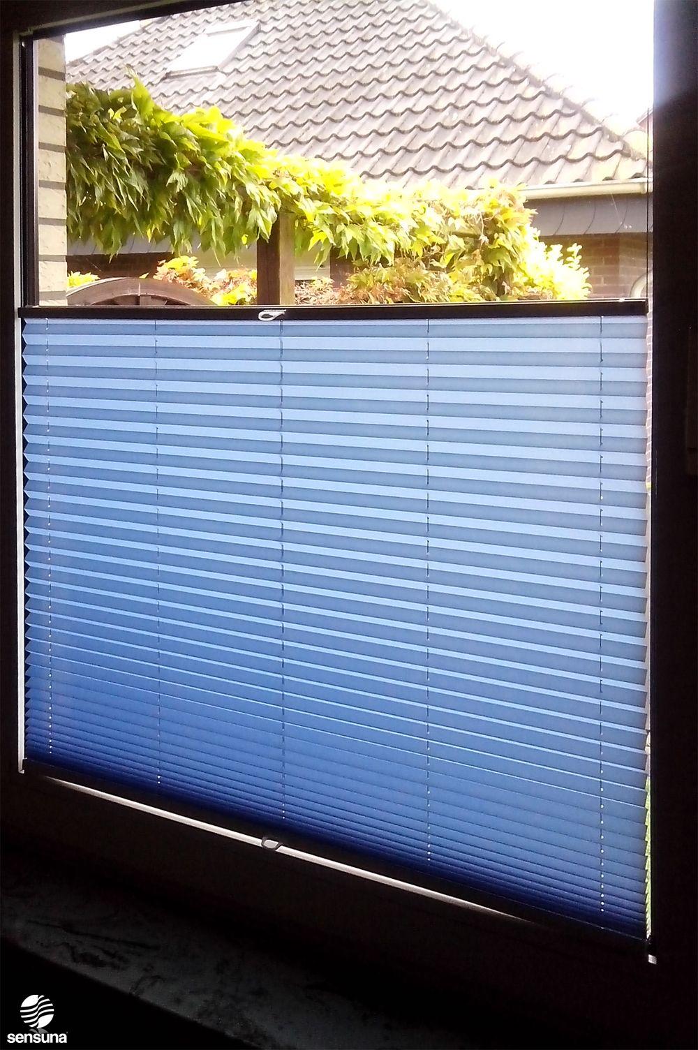 sensuna Sonnenschutz Plissee am Fenster des Arbeitszimmers