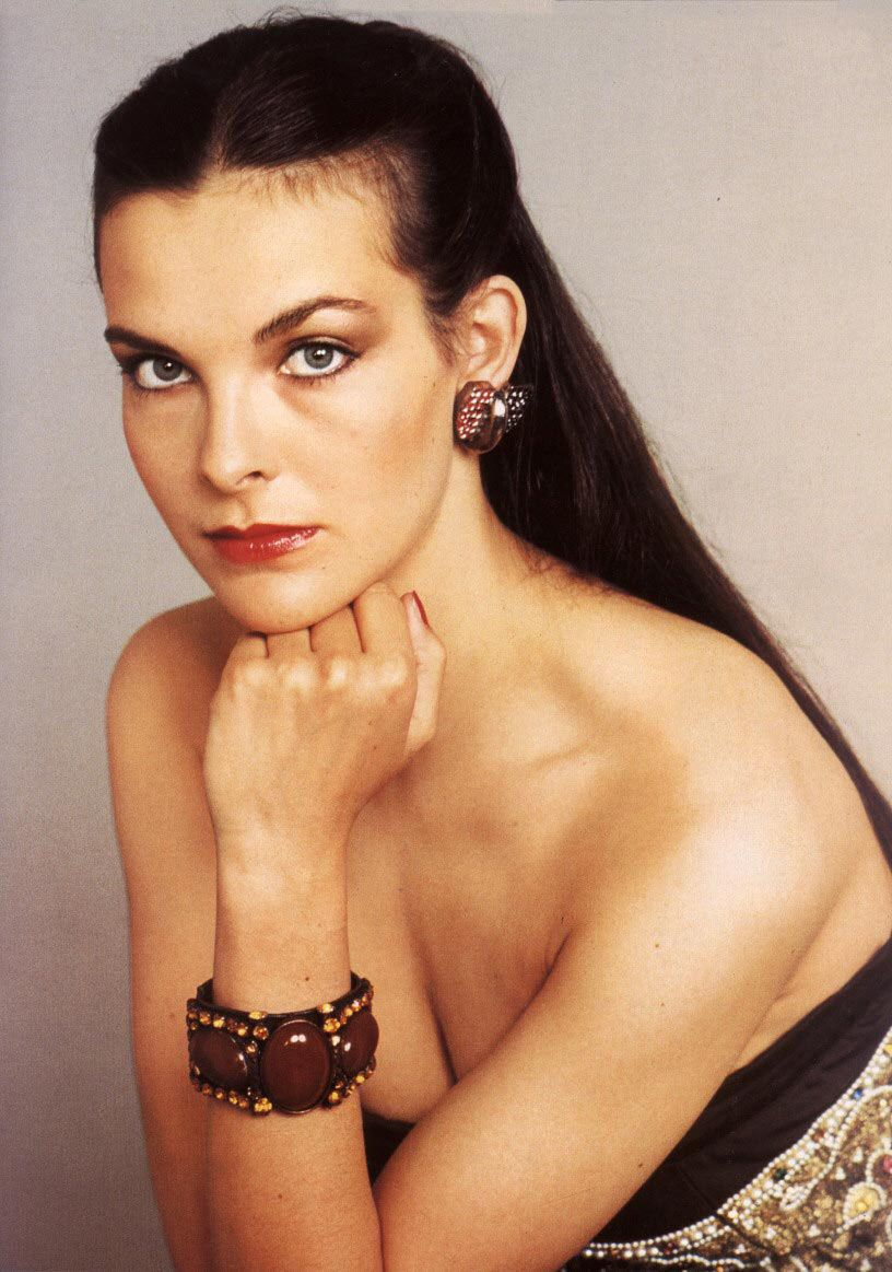 Carole Bouquet sexy et desirable lascivement allongee en robe de soiree sur  un canapee blanc - Photo 006  CaroleBouquet 4ff598c01f71