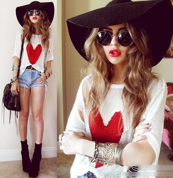 Shirt avec un coeur rouge au milieu et un short. Très mignon!