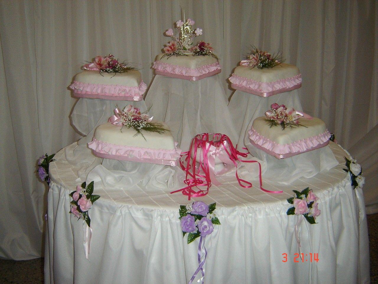 Decoracion salon 15 a os mesa para torta proyectos que for Mesas decoradas para 15 anos
