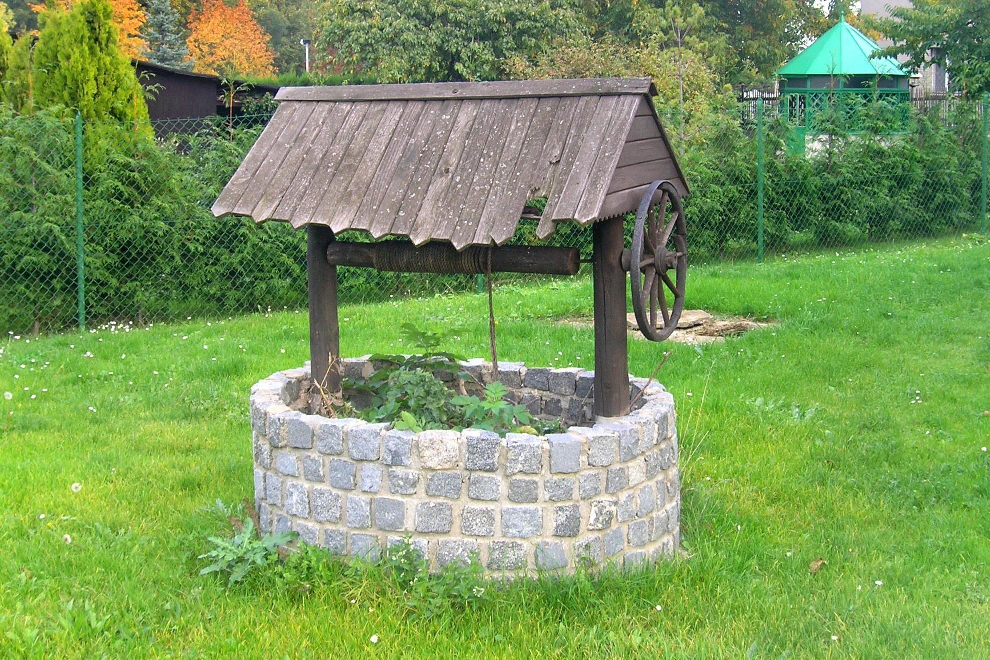 Come costruire un pozzo in pietra in giardino vivere in campagna water well garden - Costruire un giardino ...