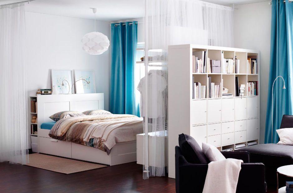 Ikeas Expedit-hylle er mye brukt som romdeler, noe Ikea også oppfordrer til på nettsidene. Her med en skuffe- og skapkombinasjon som lukker inne noe av rotet. (Foto: IKEA)