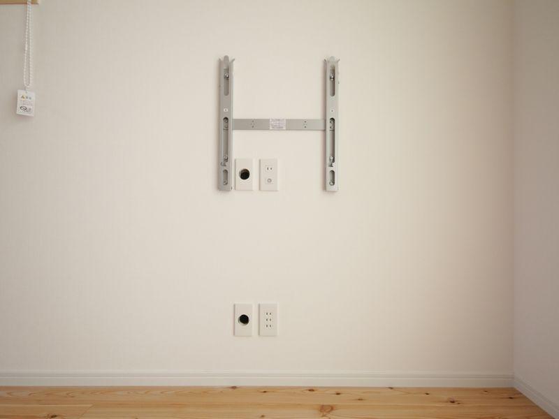 テレビを壁に設置したものの 気になる電気コード Dvd機器接続が必要となり 何本ものコードが見苦しく思えてきま 壁掛けテレビ 配線 模様替え インテリア 家具