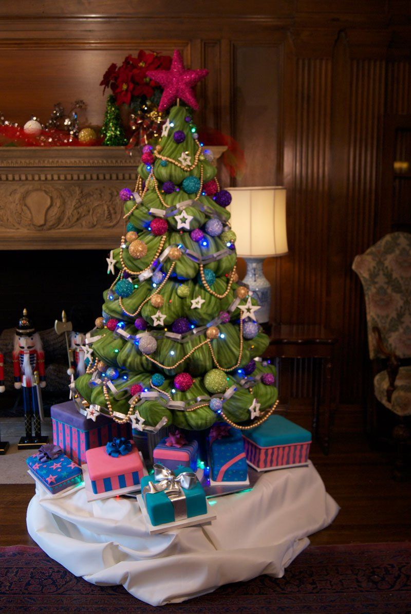 Frosted Art Bakery of Dallas's 716 lb Christmas Tree Cake