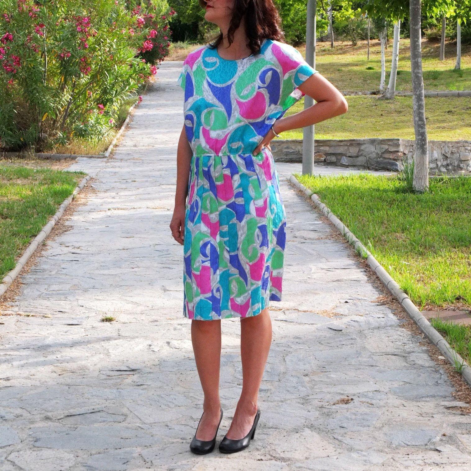 Un favorito personal de mi tienda de Etsy https://www.etsy.com/es/listing/523064698/vestido-vintage-brillante-estampado-de