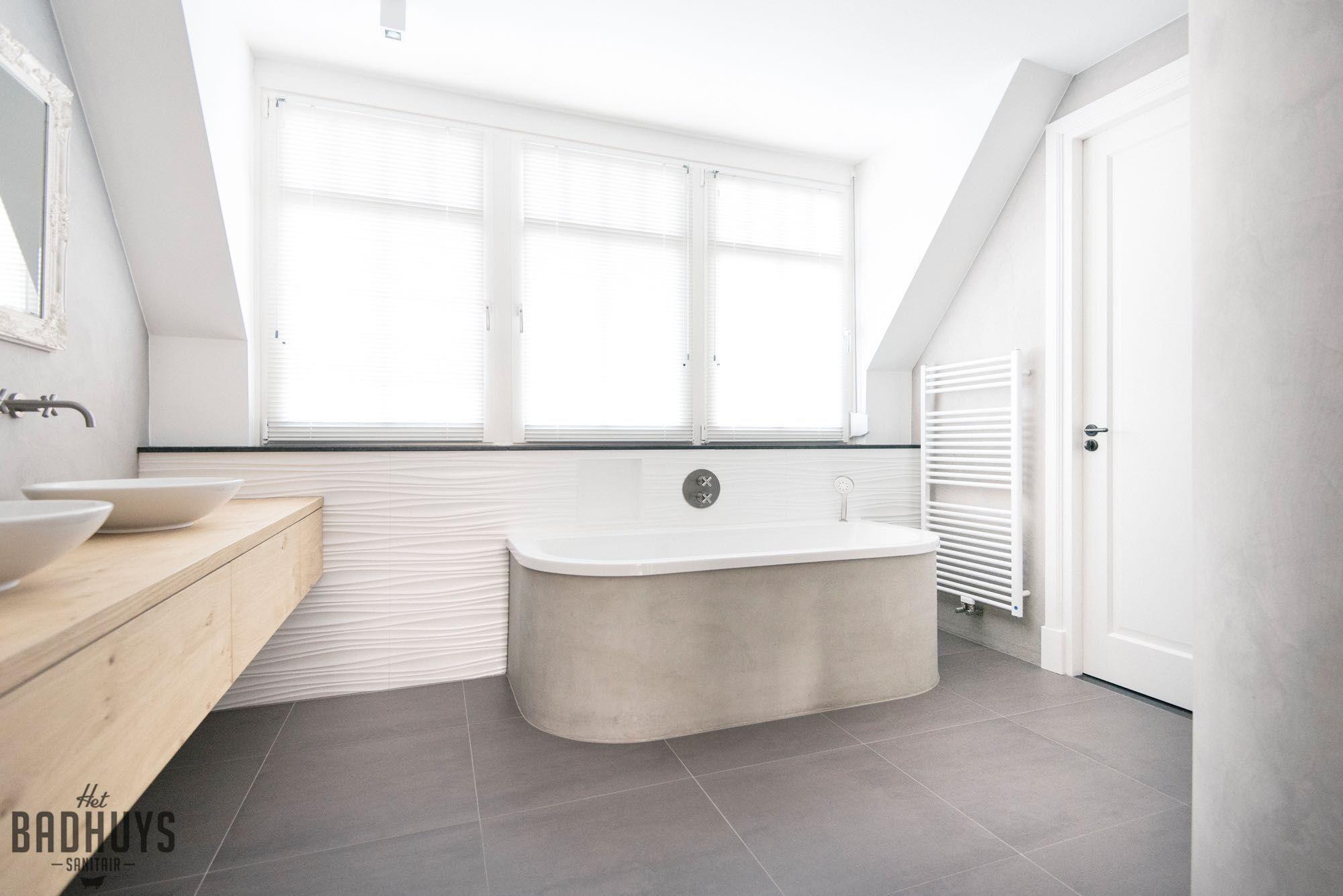 Betonnen Badkamer Muur : Badkamer met rond bad en muren in de beton cire het badhuys het