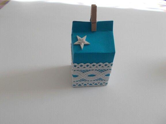 Scatoletta realizzata con cartoncino, decorata con pizzo e stella in legno. Chiusura con mollettina di legno. Per info contattatemi via email: rdlmcl@hotmail.it #boxes #faidate #découpage #idee #ideas #sea #seashell