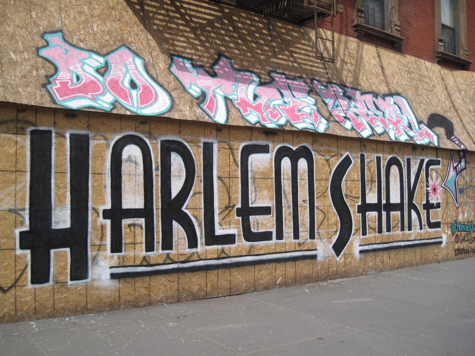 Graffiti In Harlem Street Art Love Street Wall Art Do The Harlem Shake
