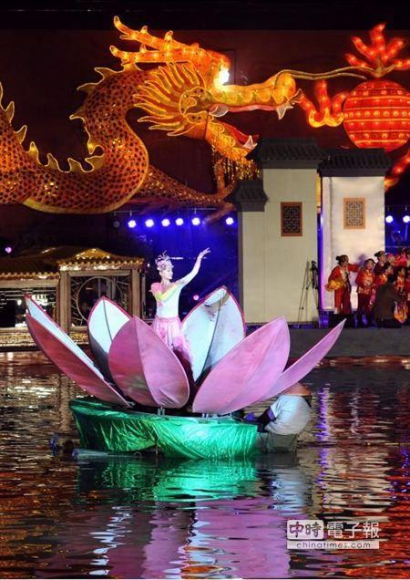 南京第28屆秦淮燈會正式亮燈。(新華社)