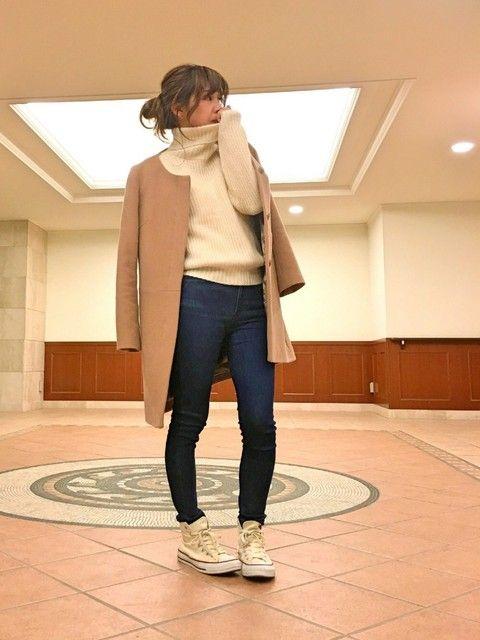 いくつになってもおしゃれでいたいのが女性ですよね。今流行のノーカラーコートは、年齢に関係なく上品な装いになるファッションです。特に30代後半から40代の女性には、すっきりと清楚に着こなせるコートなので、ぜひ挑戦してほしいアイテムです。今回は40代の女性を中心にノーカラーコートを使ったコーデを紹介しますので、ぜひ参考にしてみてください。