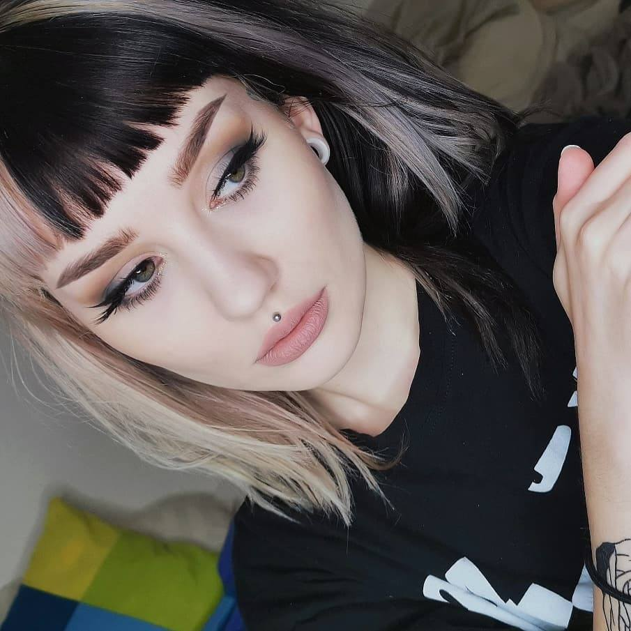 21 Trending E Girl Hairstyles That Ll Turn You Into A Tiktok Queen Hair Styles Split Dyed Hair Aesthetic Hair