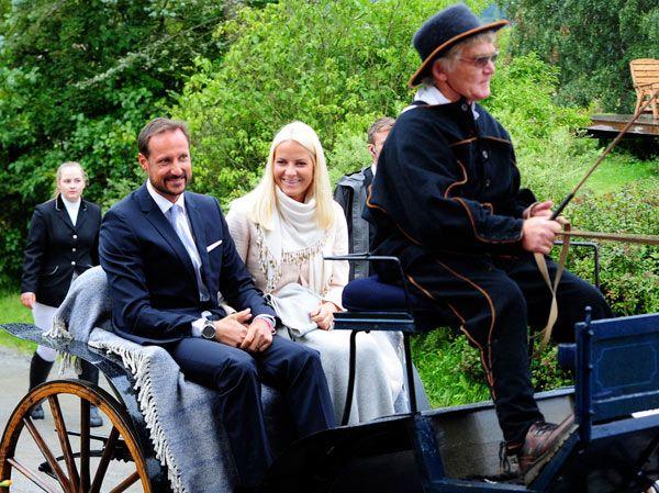 Un Viaje Al Pasado Con Haakon Y Mette Marit De Noruega Noruega Viaje Al Pasado Princesas