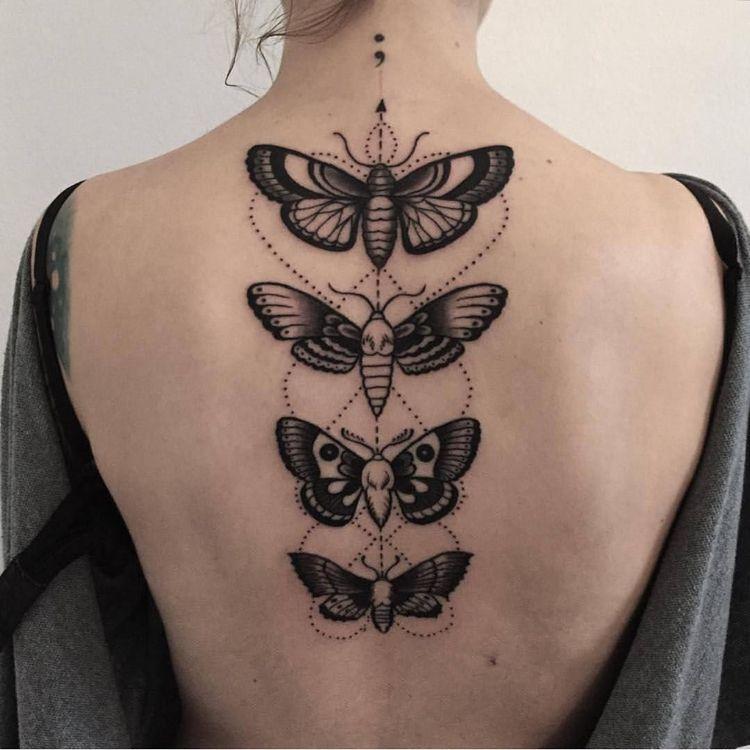 Tattoo Motte Bedeutung Wiedergeburt Entwicklung Rucken Wirbelsaule Frau Tatowierungen Motten Tattoo Tattoo Ideen