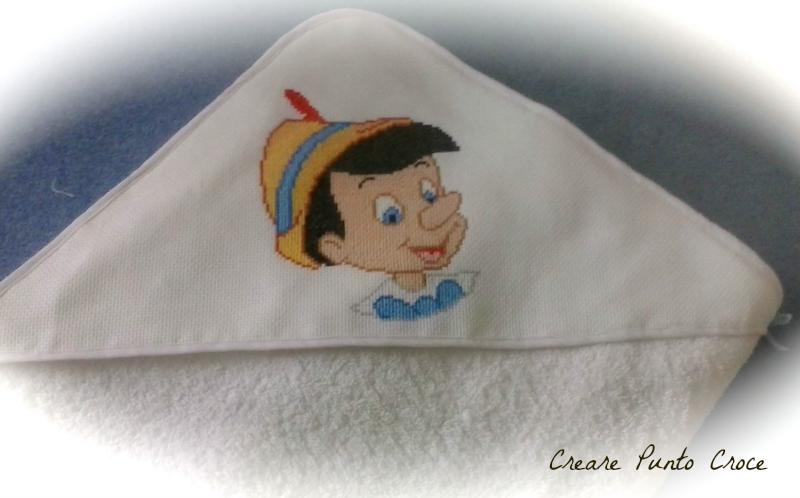 Bambini Disney ~ Dolcissimo pinocchio ricamato a punto croce in un accappatoio per