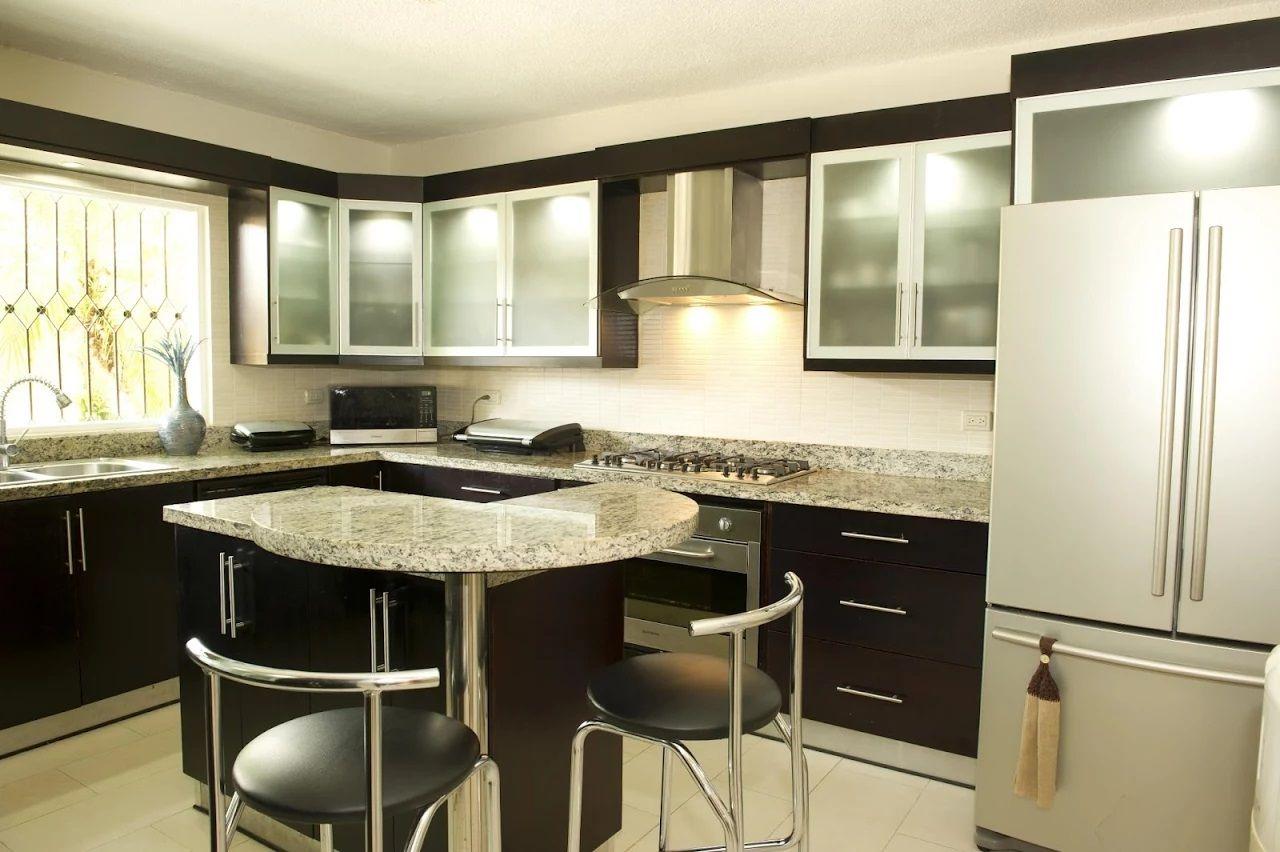 Preciosa combinación wengue y cristal para cocinas modernas con isla ...
