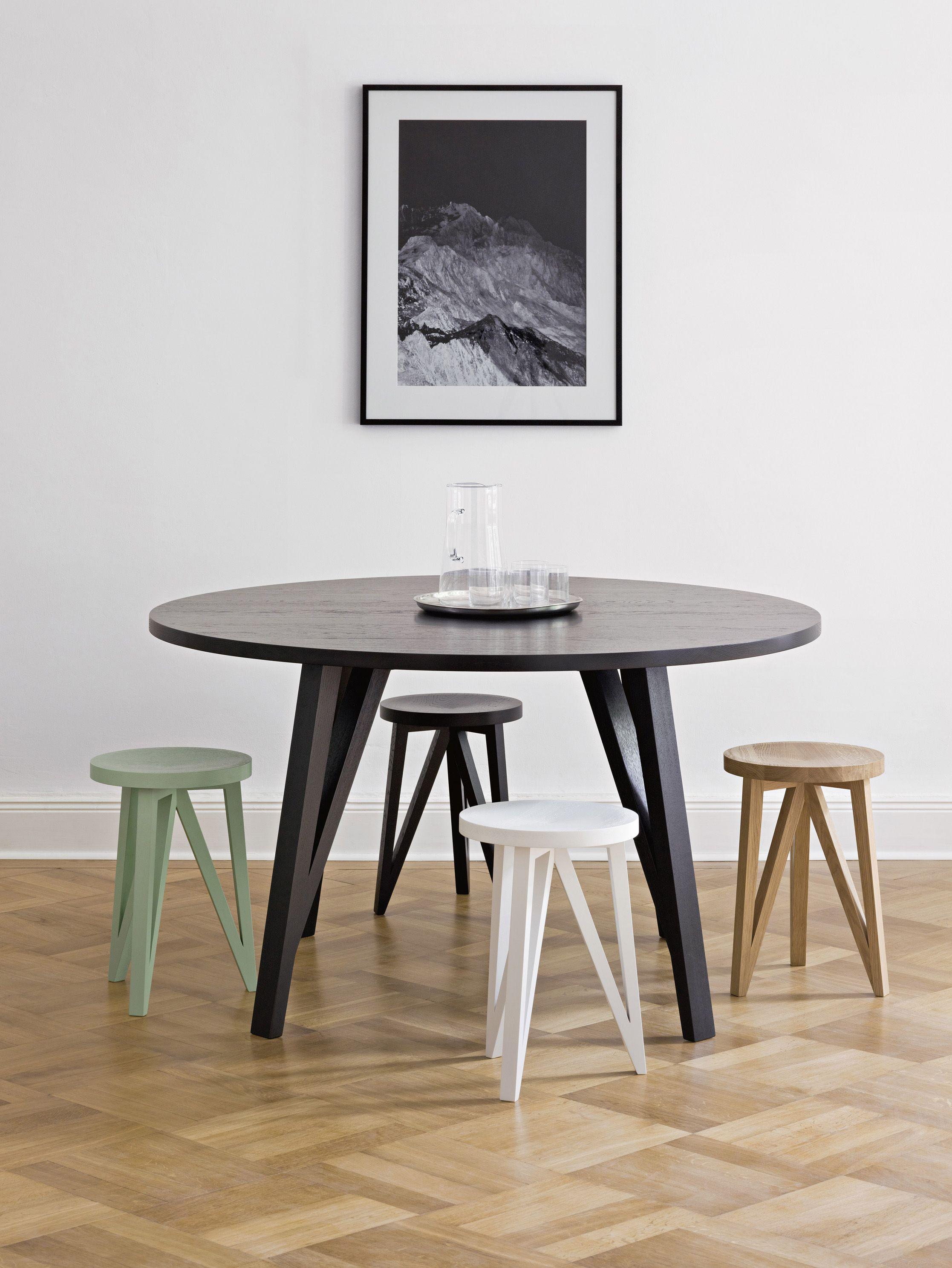 al s chairs and tables big man sitting around als fortfuhrung der faber mobelserie ahnelt die geometrische form des sabeth table round holzbalkenkonstruktion traditioneller