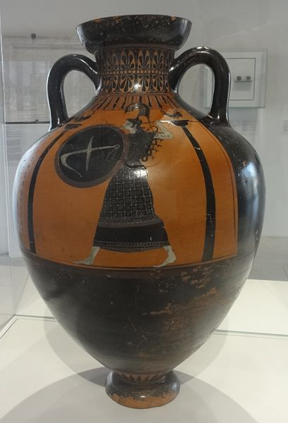 File:Louvre-Lens - Le Temps à l'œuvre - Amphore panathénaïque : Athéna combattante ; deux lutteurs entre deux arbitres