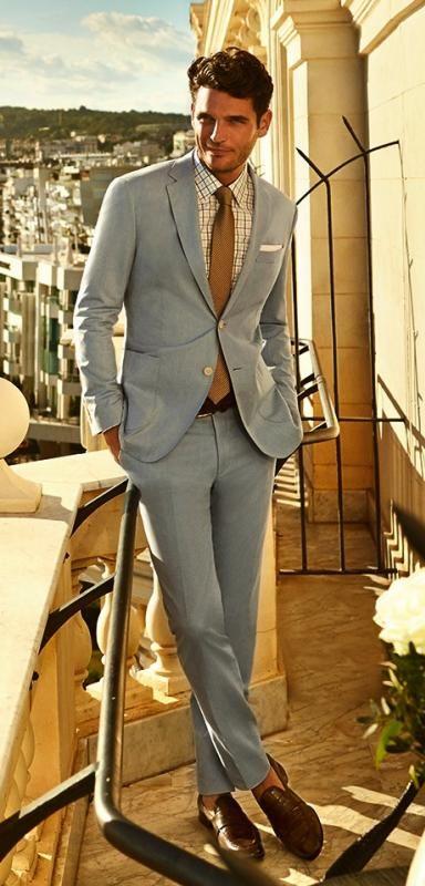 49b04438dc Jislain Duval voor Cacharel in lichtblauw pak, een andere kleur das, met  sokken en andere schoenen mooi zakelijke voor de lichte zomer (Z1).
