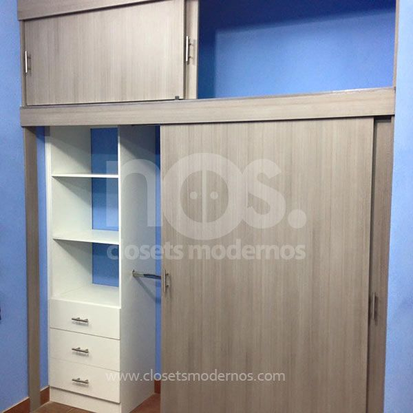 Closets modernos de madera con puertas corredizas para for Modelos de puertas corredizas de madera