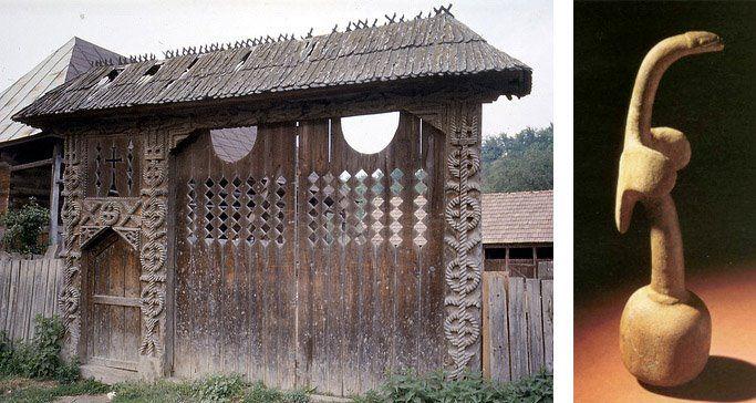 Houten traditionele Roemeense deur en een houten vijzel uit Nieuw Guinea in het bezit van het British Museum in London