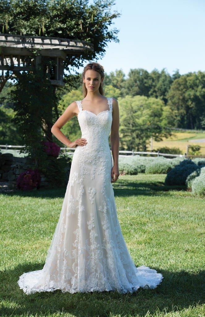 e9b3e160426a Meget fin og elegant brudekjole med masser af blonder og fine perler.  Kjolen er let