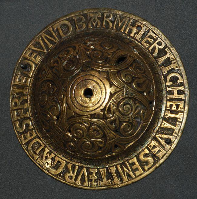 Reykjavik Island - National Museum of Iceland. -37) ARTISANAT- EPOQUE 800-1600: Les objets les plus vieux ont été récupérés enfouis dans la terre, tel un homme fait dans de l'os de baleine à BALDURSHEIMUR, au nord de l'Islande. Trouvé dans une tombe païenne du 10°s, il est peut-être plus ancien. Encore plus énigmatique est la figure de bronze, généralement connue comme étant l'image du dieu Thor, mise au jour au 19°s.