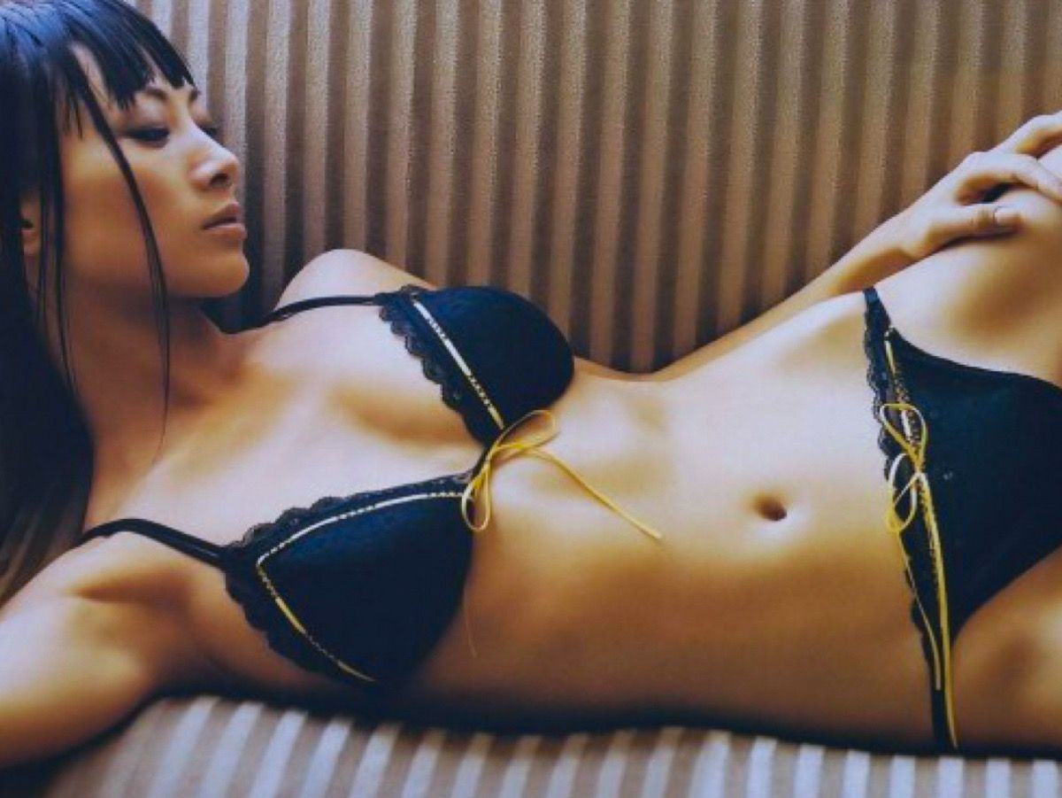 Catrinel menghia sexy topless new foto