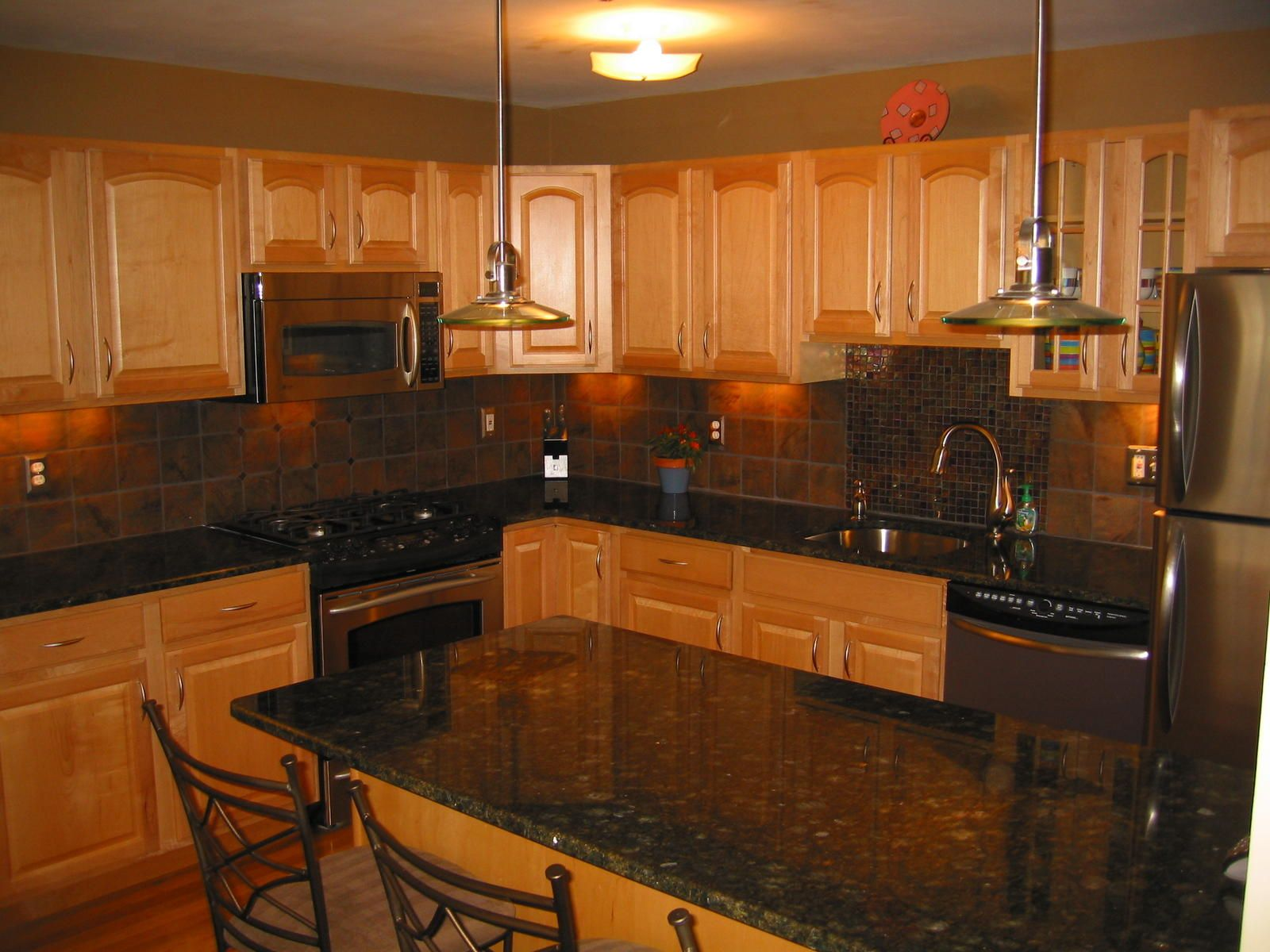Uba tuba granite countertops on pinterest granite behr for Kitchen design ideas with oak cabinets