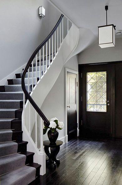dunkel gebeitzte dielen und die geschwungenen teppe aus schwarz wei lackiertem holz geben dem eingangsbereich des