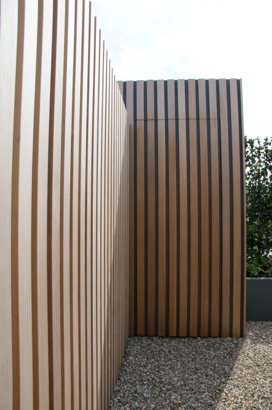 Cover Concrete Block With Vertical Slats Paint Wall Deep Grey Then Use Natural Stained Cedar On Top Achtertuin Hekken Modern Hek Daktuinen