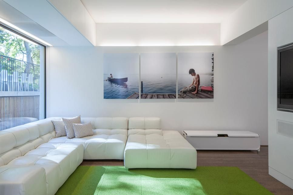 The Contemporary White Sectional Sofa In This Living Room Provides