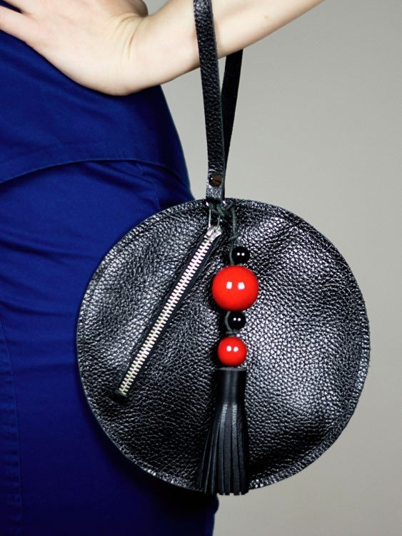 diy anleitung runde clutch aus leder selber n hen via n hspiration ledertasche. Black Bedroom Furniture Sets. Home Design Ideas